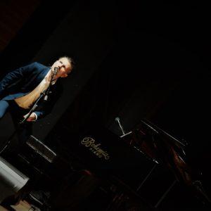 Stand-up przy fortepianie